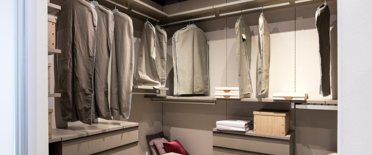 stanza con cabina armadio