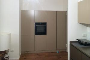 realizzazione di una cucina su misura con ante laccate color tortora